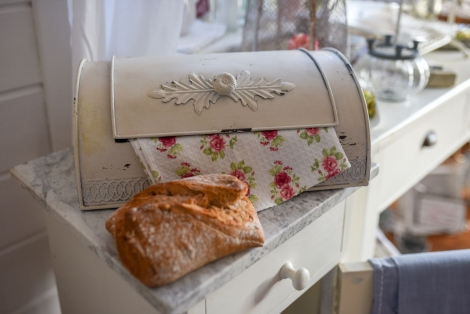Shabby Chic Brotkasten aus Metall in Altweiss